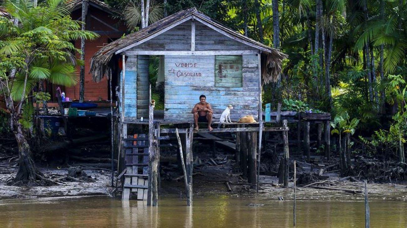 Moradores de comunidades ribeirinhas do arquipélago de Marajó se aproximam do Navio Auxiliar Pará.